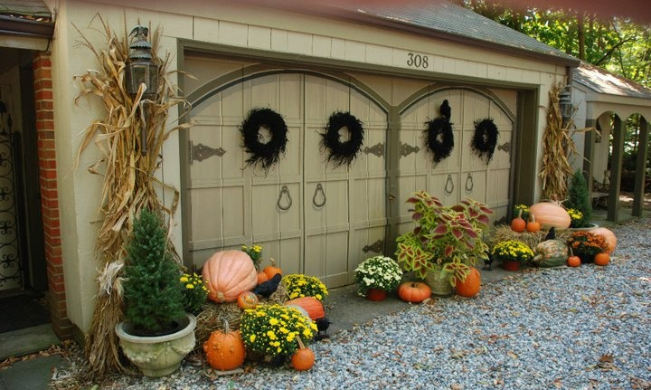 Decorating Inspiration for the exterior of your Home & Garage for Halloween